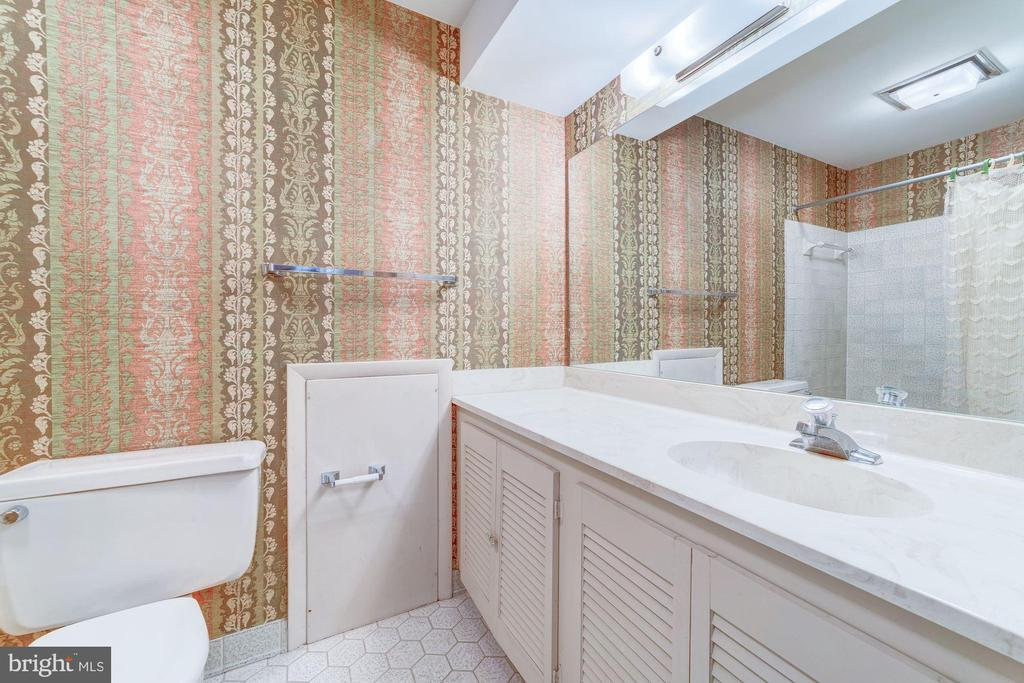 Full Hall Bath - 4008 38TH PL N, ARLINGTON