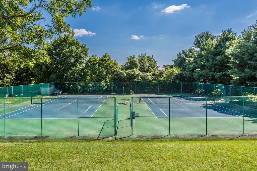 Holly Hills Tennis Courts - 10035 PEBBLE BEACH TER, IJAMSVILLE