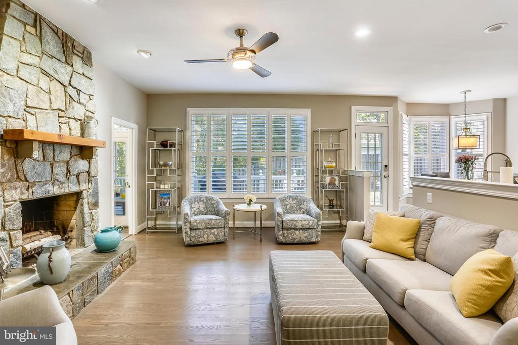 Family room w/lighted ceiling fan - 616 FIREHOUSE LN, GAITHERSBURG