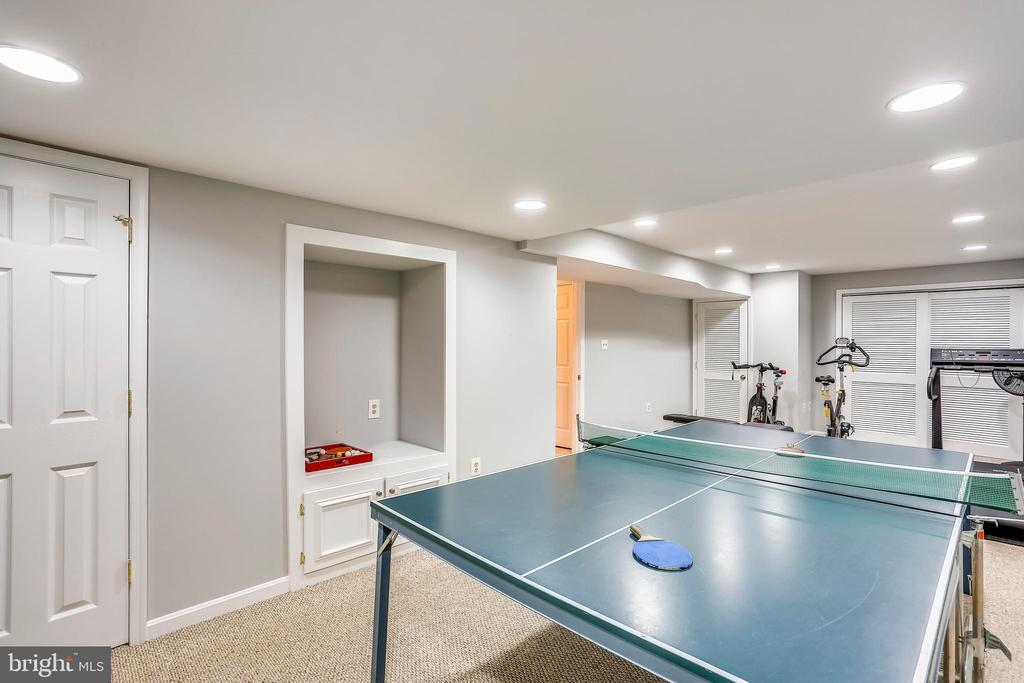 Big bonus room w/built-in and big closet - 616 FIREHOUSE LN, GAITHERSBURG