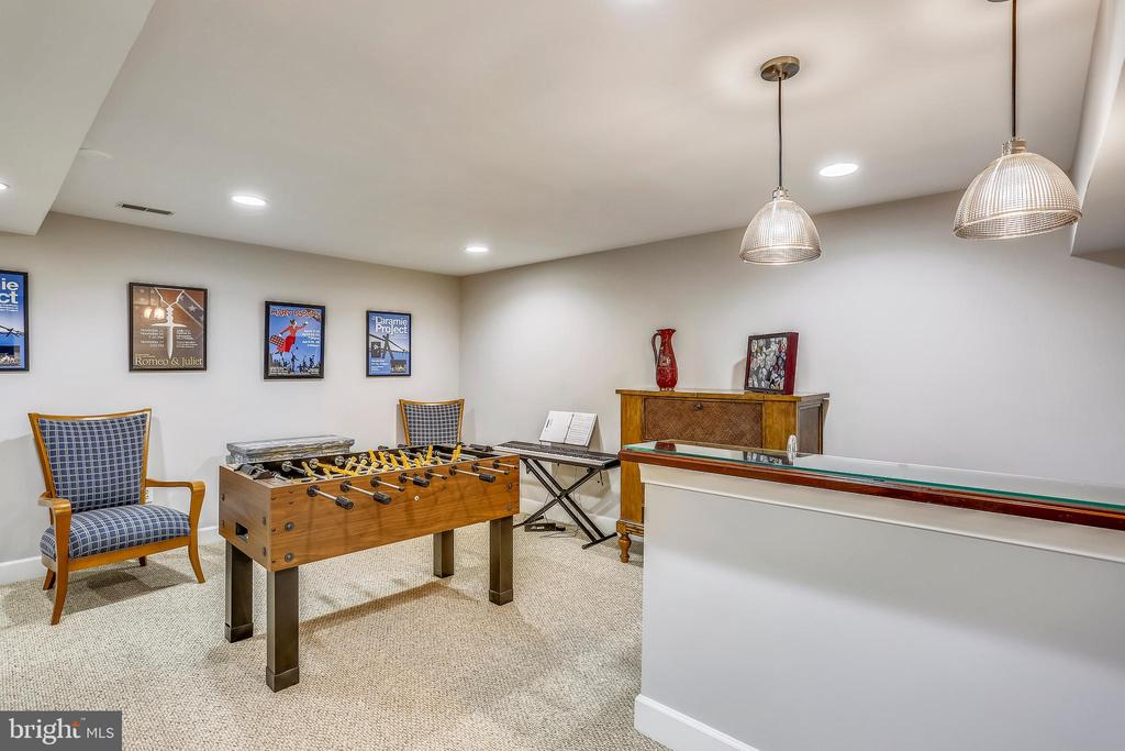 Wet bar and game area - 616 FIREHOUSE LN, GAITHERSBURG