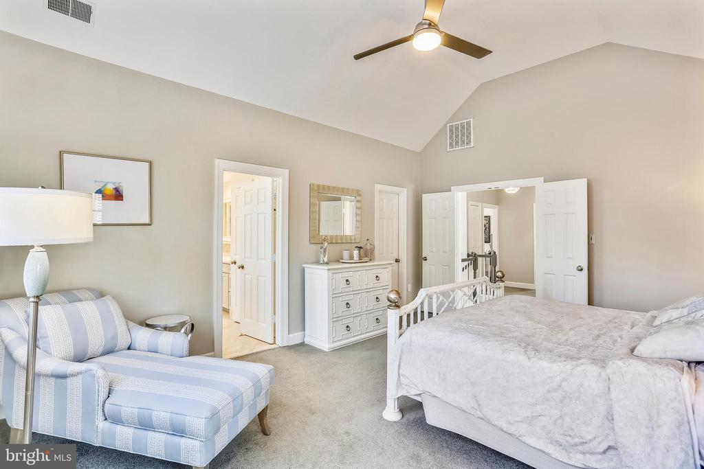 Spacious master suite w/lighting ceiling fan - 616 FIREHOUSE LN, GAITHERSBURG