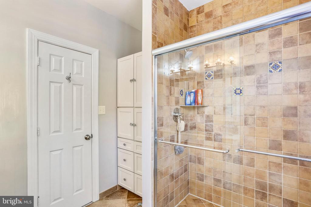 Updated second full bath w/decorator tile - 616 FIREHOUSE LN, GAITHERSBURG