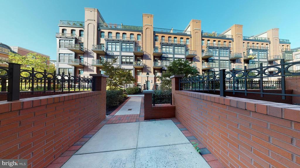 Gates At Courtyard Entrances - 1610 N QUEEN ST #243, ARLINGTON