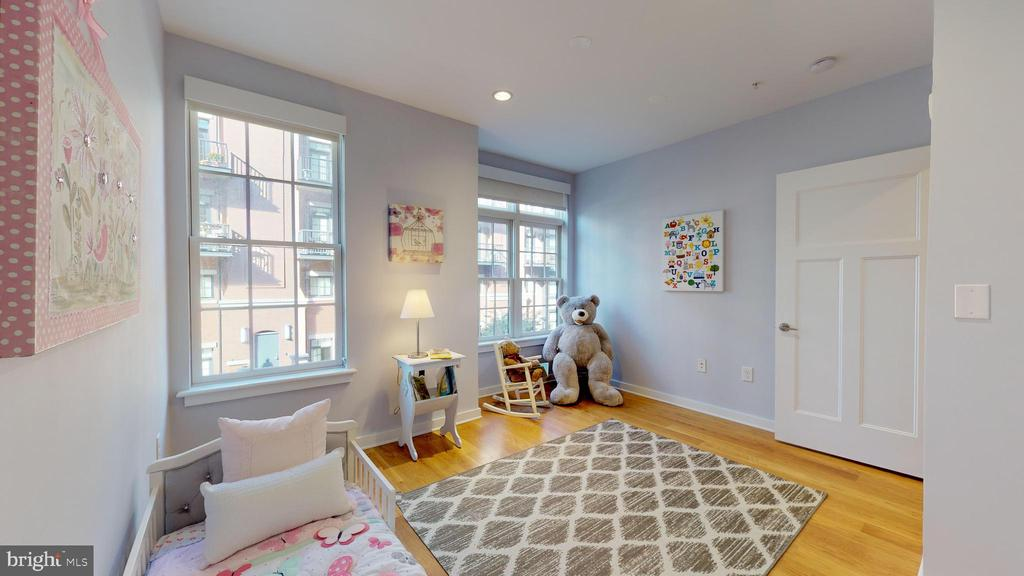 So Many Uses For The Second Bedroom! - 1610 N QUEEN ST #243, ARLINGTON