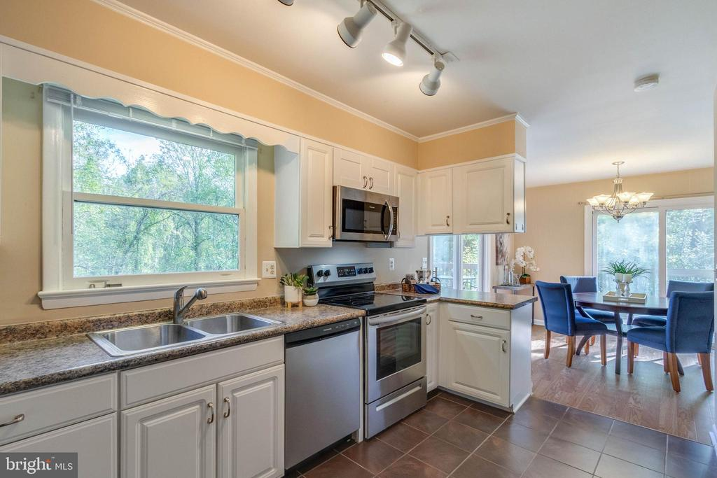 Updated Kitchen - 17970 GORE LN, LEESBURG