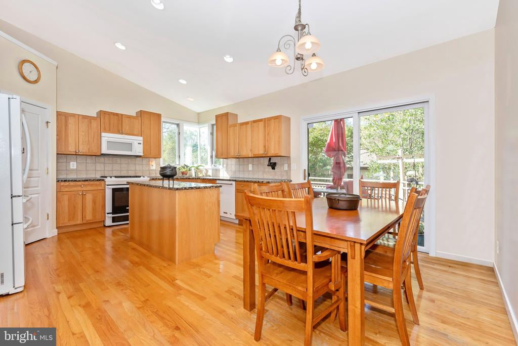 Eat in kitchen with sliding glass doors - 9706 WOODLAKE PL, NEW MARKET