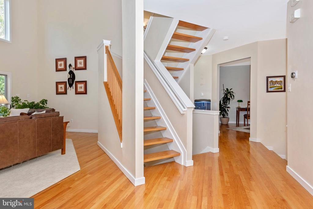 Stunning wood floating stairs - 9706 WOODLAKE PL, NEW MARKET