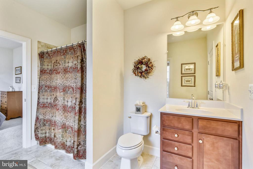 Jack and Jill Bathroom Shared by BR 3 and 4 - 41728 WAKEHURST PL, LEESBURG