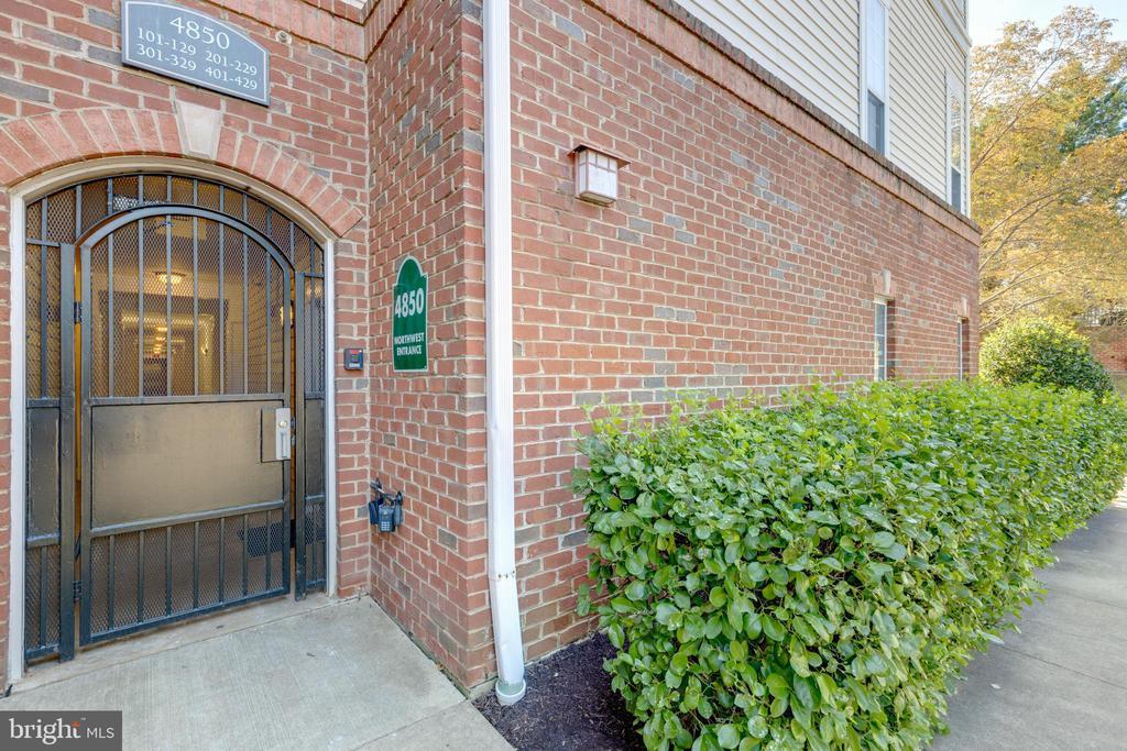 Entrance to 4850 Northwest (near Eisenhower Ave) - 4850 EISENHOWER AVE #123, ALEXANDRIA