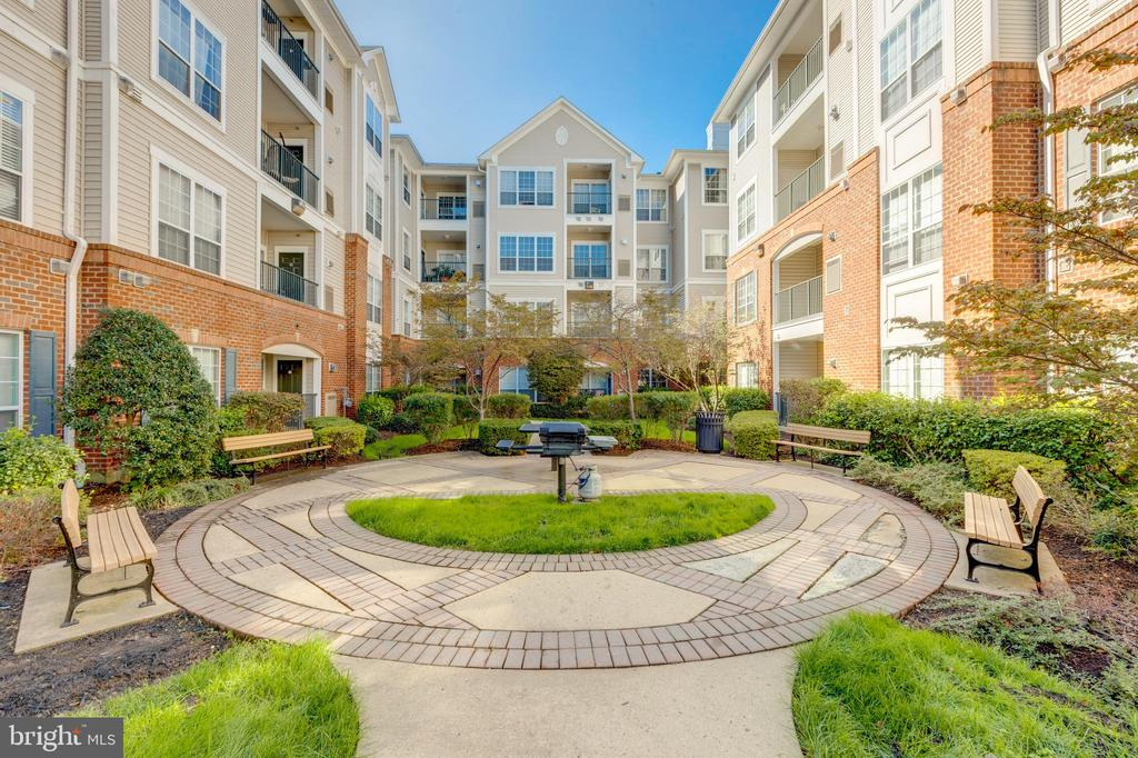 Courtyard with Grill - 4850 EISENHOWER AVE #123, ALEXANDRIA