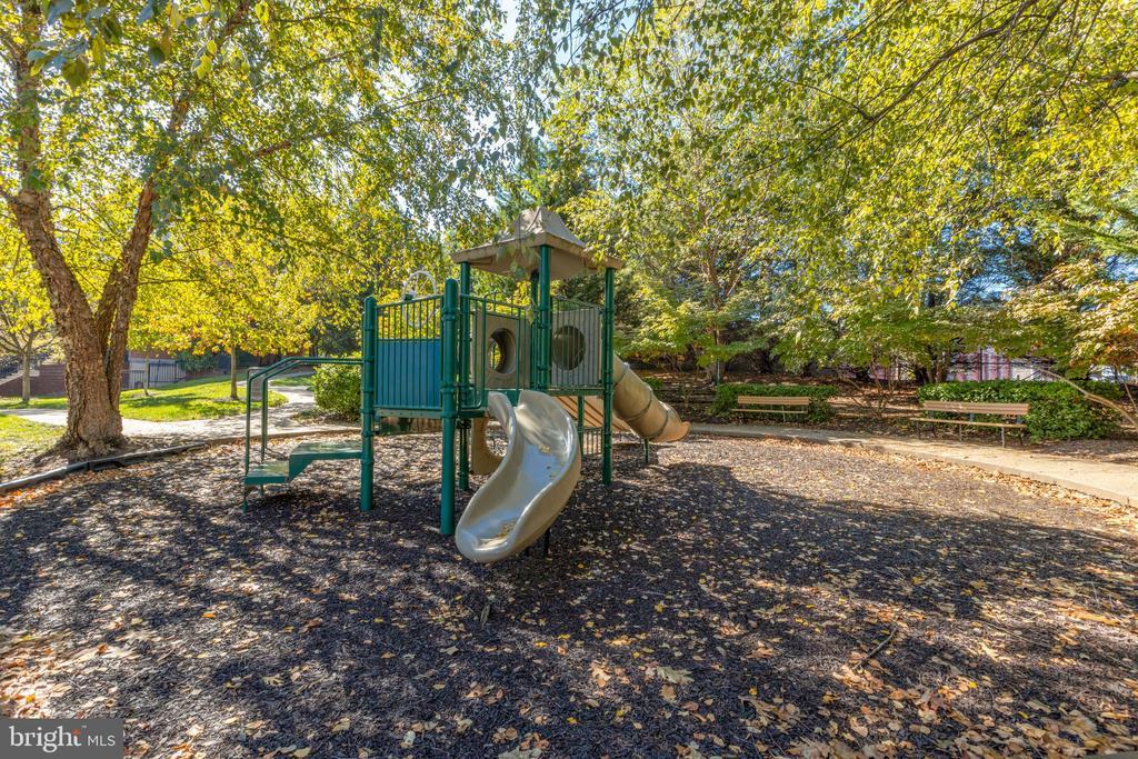 Playground/Totlot - 4850 EISENHOWER AVE #123, ALEXANDRIA
