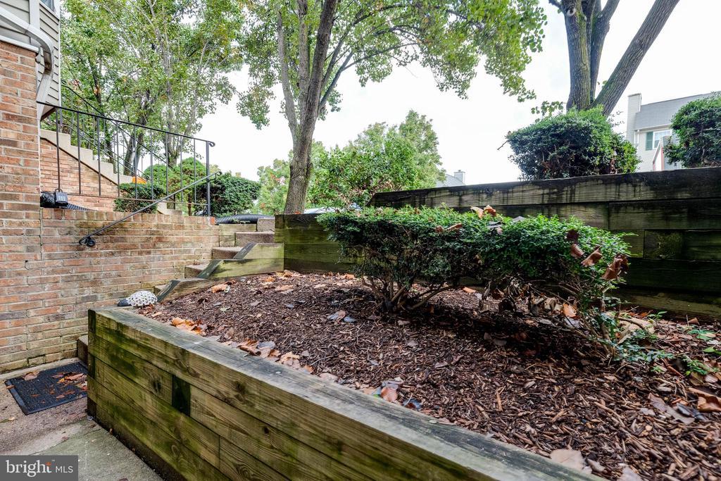 Exterior Front Garden - 16336 TACONIC CIR #94F, DUMFRIES
