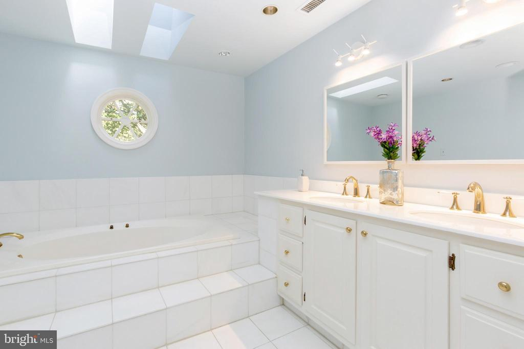 Bright master bath - 4711 FOXHALL CRESCENT NW, WASHINGTON