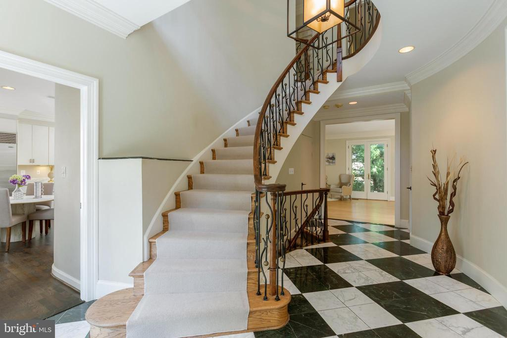 Soaring, sculptural staircase - 4711 FOXHALL CRESCENT NW, WASHINGTON