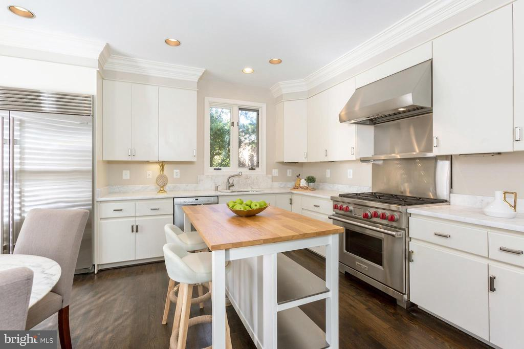 Large kitchen with top-of-the-line appliances - 4711 FOXHALL CRESCENT NW, WASHINGTON