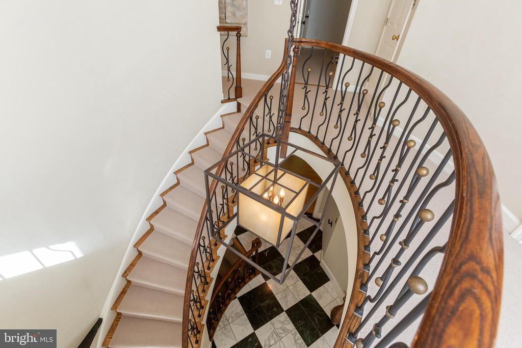Soaring, sculptural curved staircase - 4711 FOXHALL CRESCENT NW, WASHINGTON