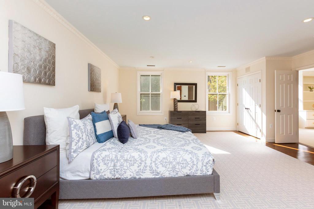 Spacious master bedroom - 4711 FOXHALL CRESCENT NW, WASHINGTON