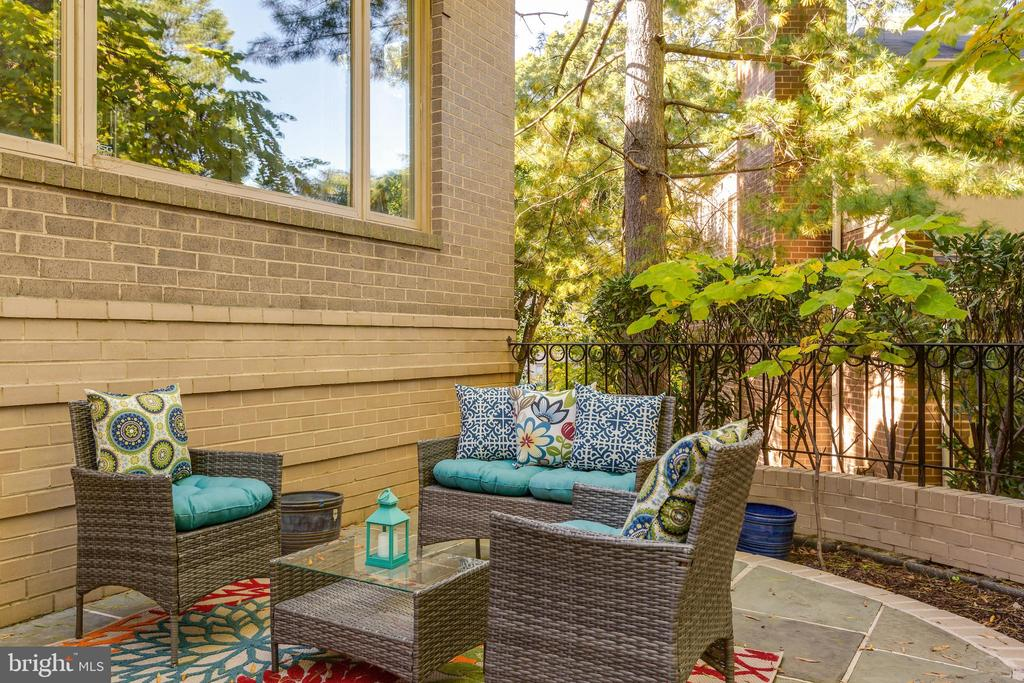 Charming private patio - 4711 FOXHALL CRESCENT NW, WASHINGTON