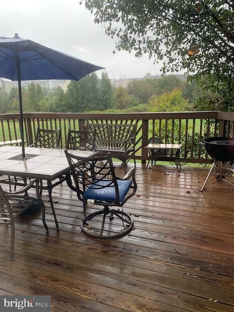 Spacious deck backing to large open common area - 1061 SMARTTS LN NE, LEESBURG