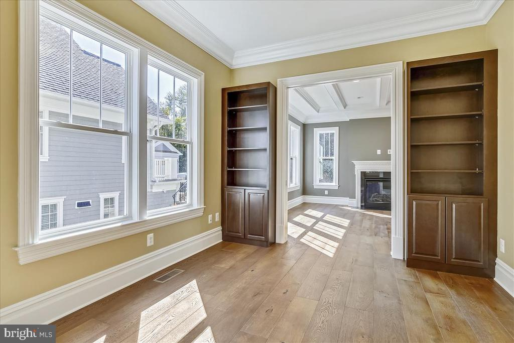 Library with built-ins - 2222 KING ST, ALEXANDRIA