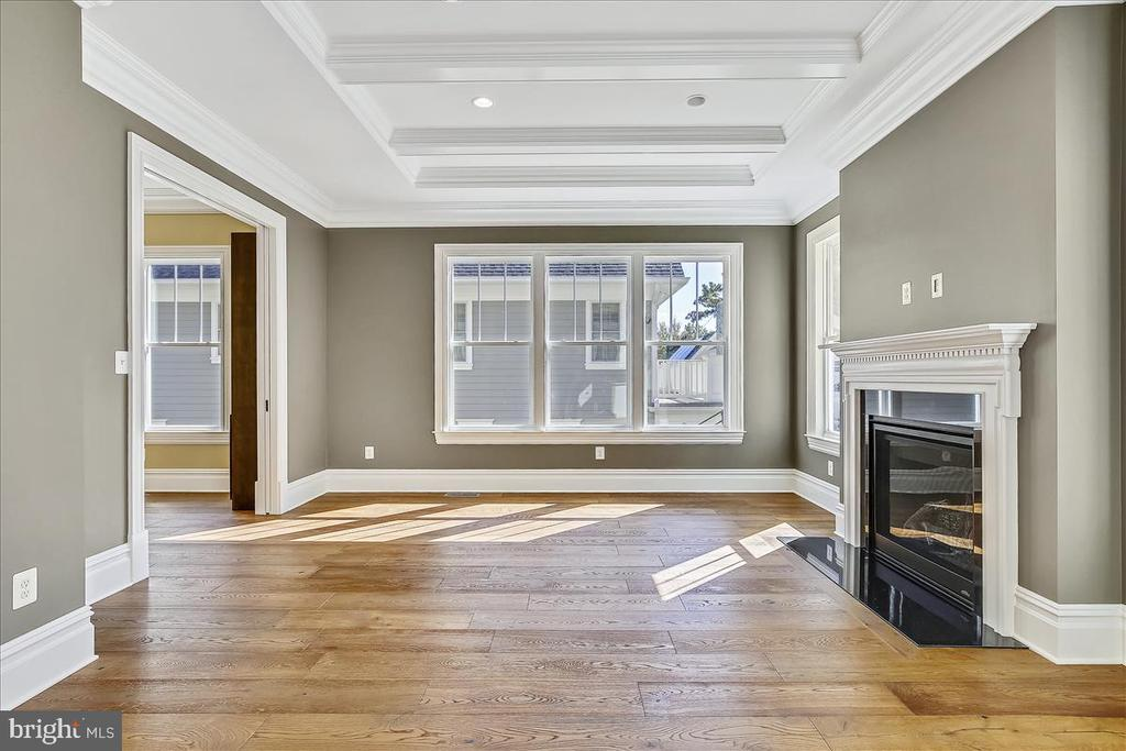 Gas fireplace, coffered ceiling in family room - 2222 KING ST, ALEXANDRIA