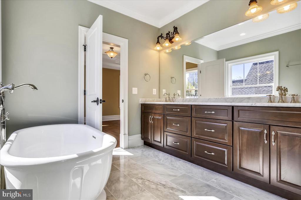 Master bath with soaking tub, marble - 2222 KING ST, ALEXANDRIA