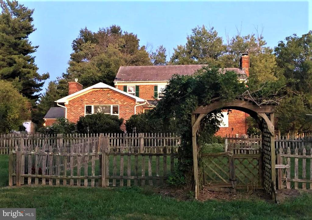Pergola arch into the gardens! - 18217 CANBY RD, LEESBURG