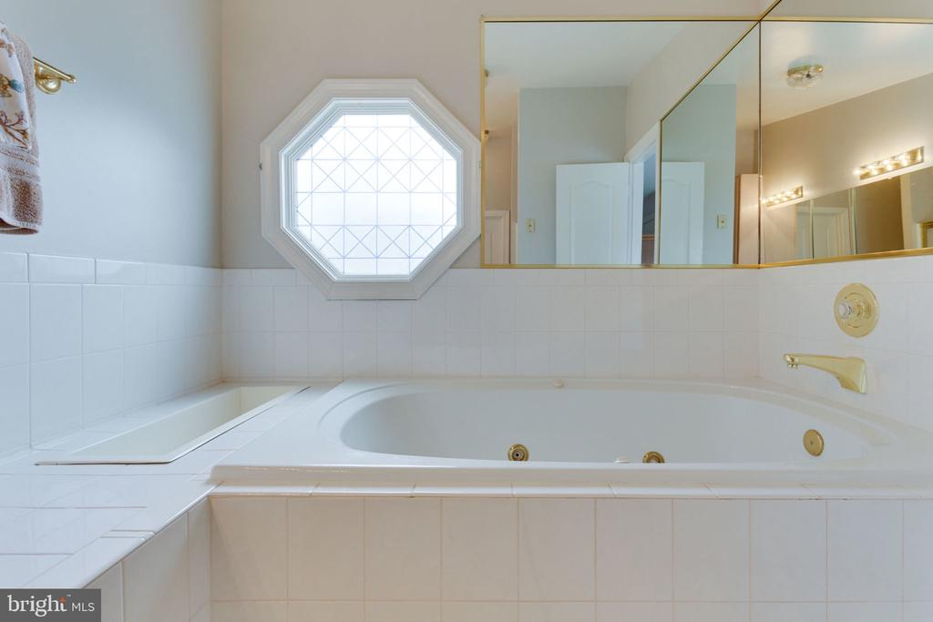 Large Soaking Tub & Pretty Lighting - 8178 MADRILLON CT, VIENNA