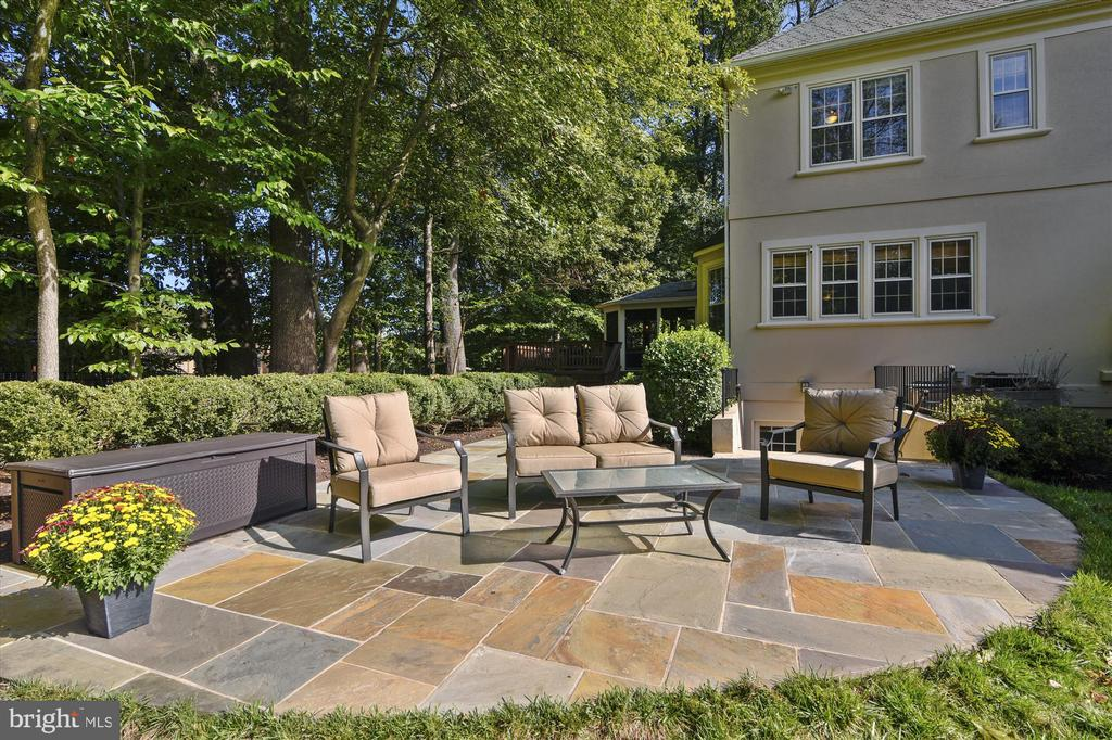 Flagstone patio surrounded by plush landscaping - 10680 ALLIWELLS CT, OAKTON