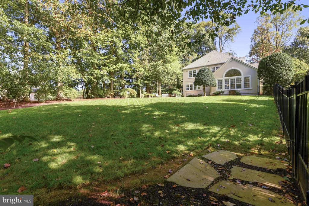 Expansive fenced yard perfect for recreation - 10680 ALLIWELLS CT, OAKTON
