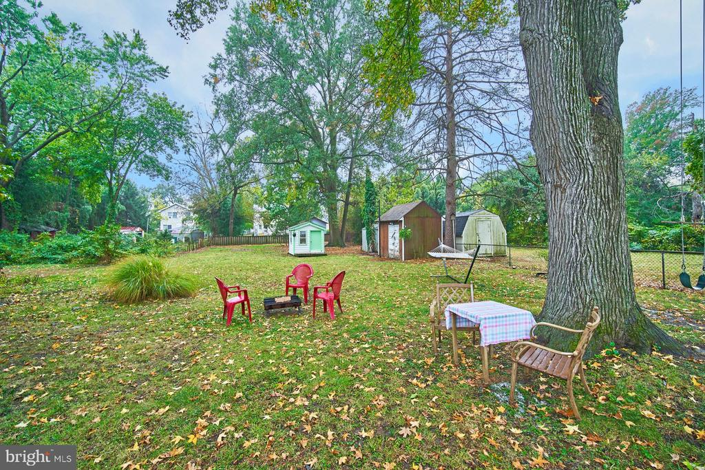 Expansive rear lot with lots of hangout areas - 4811 OGLETHORPE ST, RIVERDALE