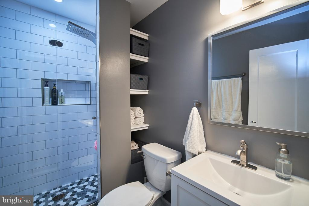 Tastefully updated full bath on main level - 4811 OGLETHORPE ST, RIVERDALE