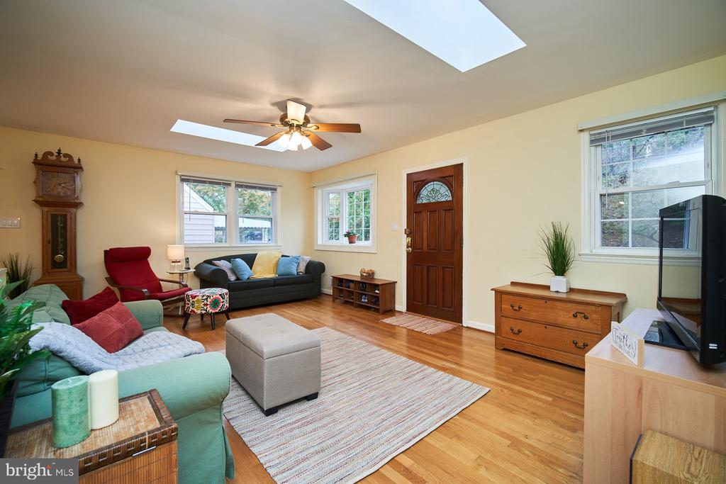Main living room - 4811 OGLETHORPE ST, RIVERDALE
