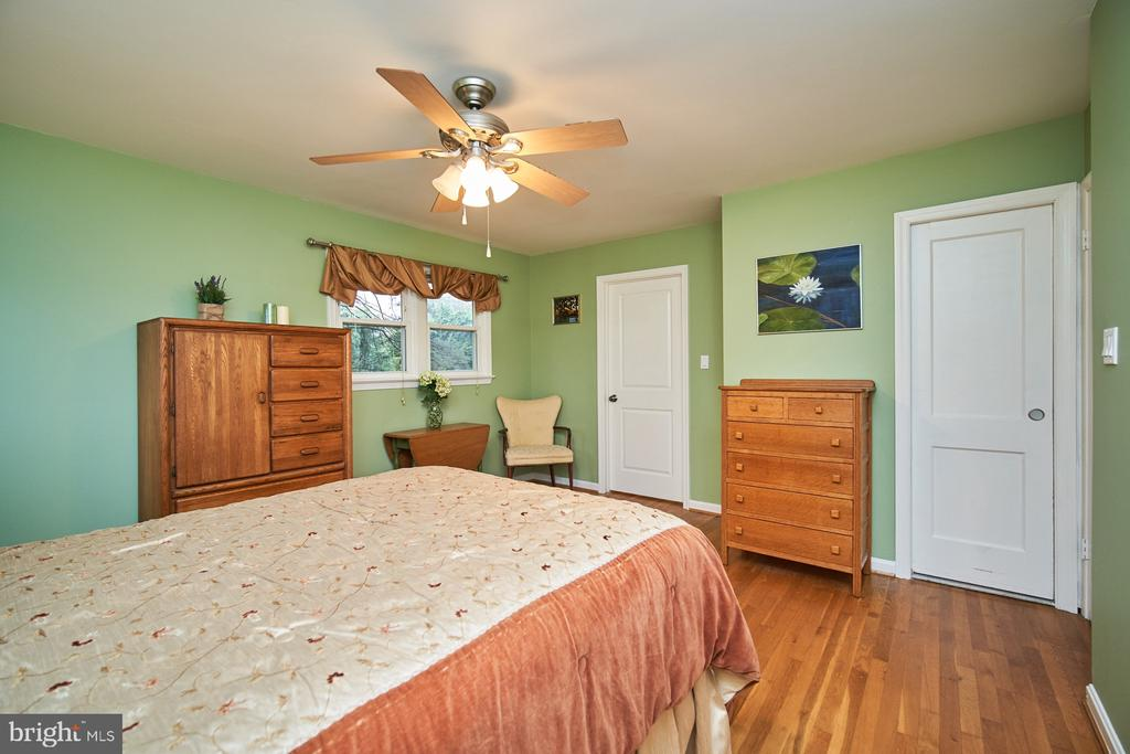 Master Bedroom with en-suite bath - 4811 OGLETHORPE ST, RIVERDALE