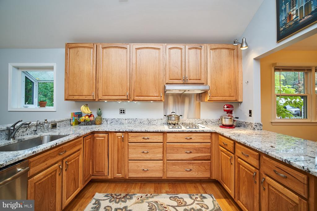 Fully updated kitchen addition with eat-in area - 4811 OGLETHORPE ST, RIVERDALE