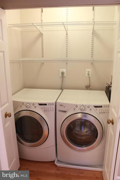 Laundry area, just off kitchen - 9083 BLUE JUG LNDG, BURKE