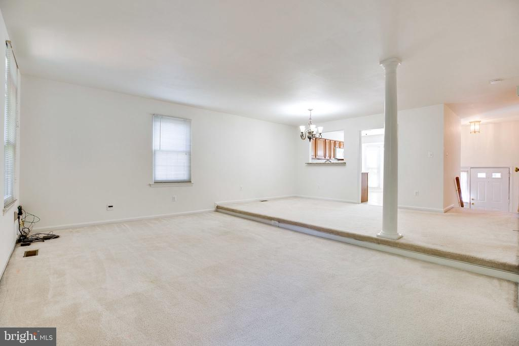 Living Room w/ Side Window, Decorative Column - 6858 KERRYWOOD CIR, CENTREVILLE