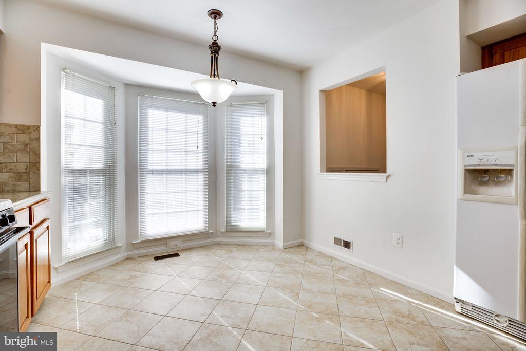 Kitchen - Bay Window, Open to Foyer - 6858 KERRYWOOD CIR, CENTREVILLE