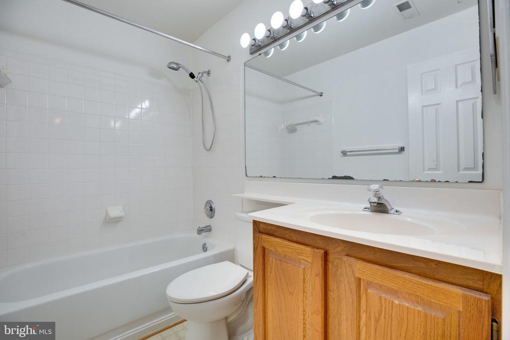 Hall Bathroom - upstairs - 6858 KERRYWOOD CIR, CENTREVILLE