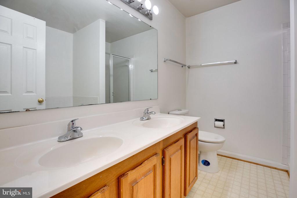 Master Bathroom, showing Double Vanity - 6858 KERRYWOOD CIR, CENTREVILLE