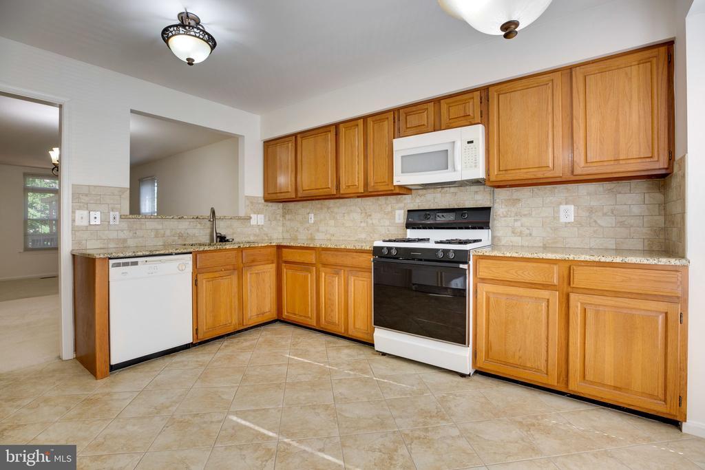 Kitchen - showing Ceramic Tile, Backsplash - 6858 KERRYWOOD CIR, CENTREVILLE