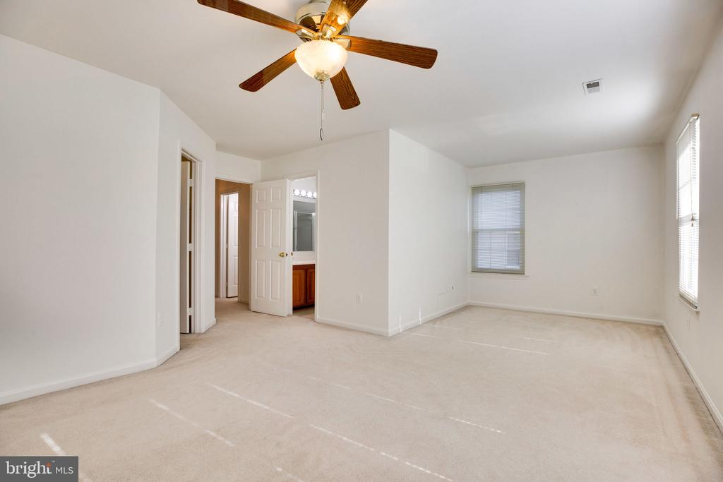 Master Suite w/ Sitting Area, Side Window, and Fan - 6858 KERRYWOOD CIR, CENTREVILLE