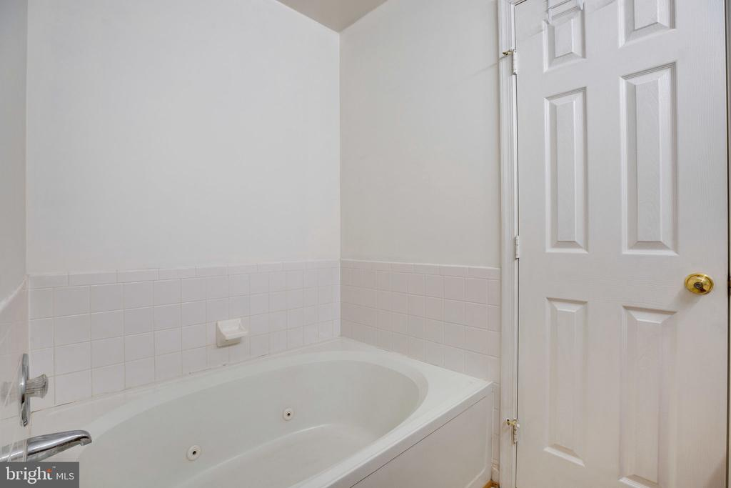 Master Bathroom, Whirlpool Tub! - 6858 KERRYWOOD CIR, CENTREVILLE