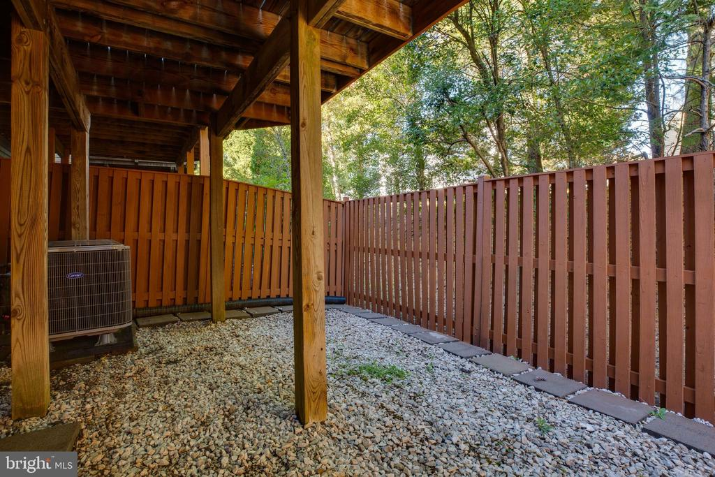 Rear Yard w/ Extended End Unit Fence & Gate Access - 6858 KERRYWOOD CIR, CENTREVILLE