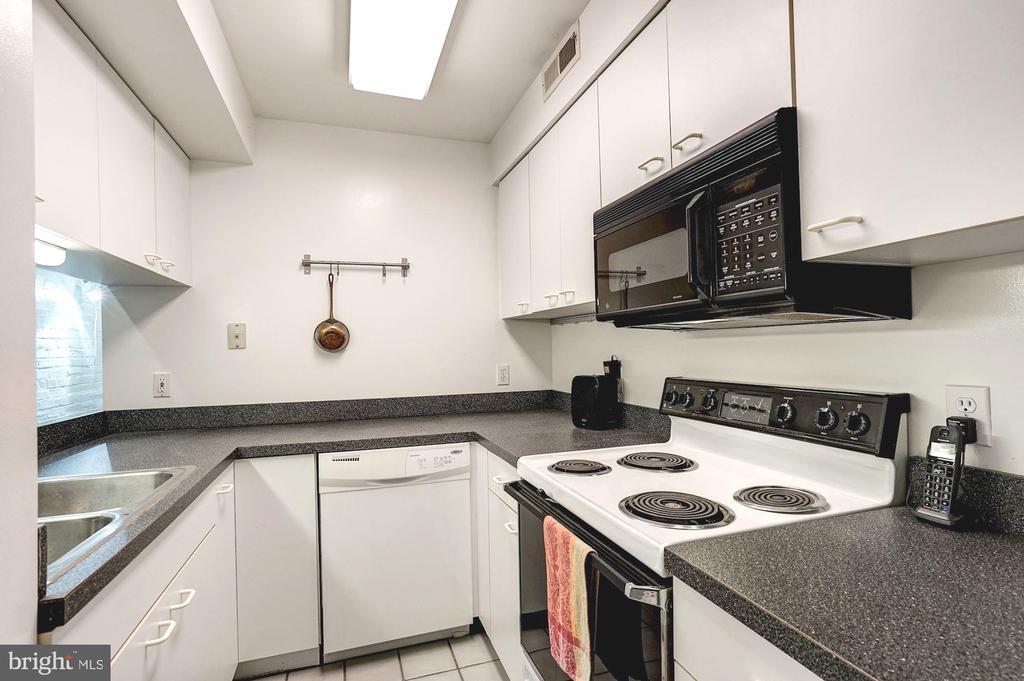 Lower unit full kitchen - 1923 S ST NW, WASHINGTON