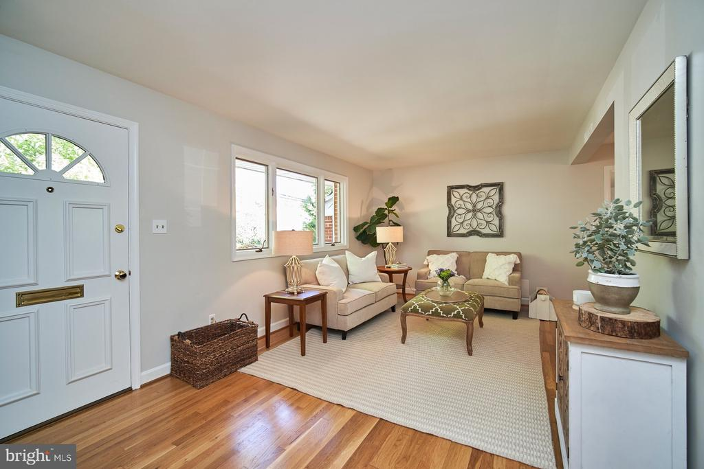Large front window allows lots of natural light - 5320 TANEY AVE, ALEXANDRIA