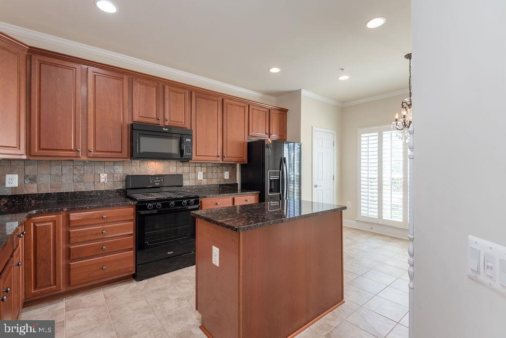 Granite Counters and Island - 7 BATTERY POINT DR, FREDERICKSBURG