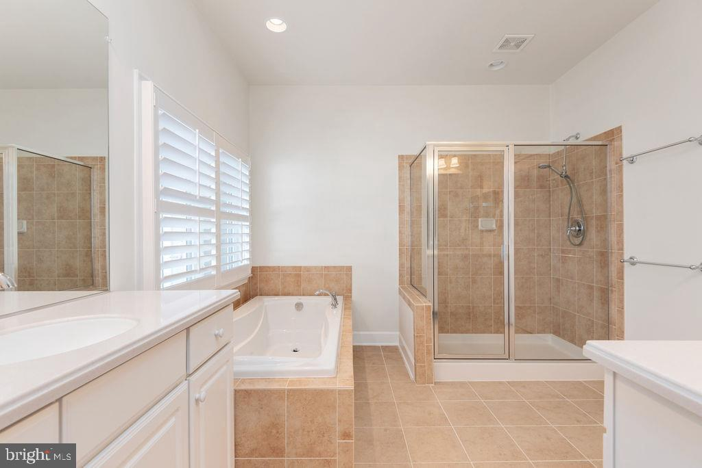 Dual Vanities and Large Soaking Tub - 7 BATTERY POINT DR, FREDERICKSBURG