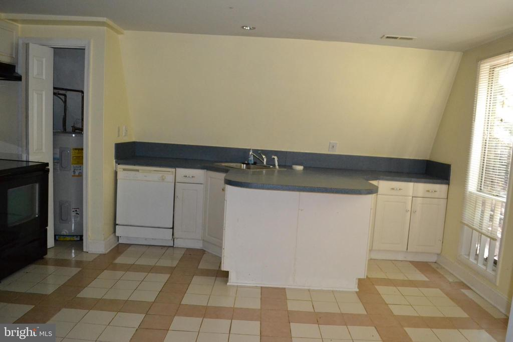 Kitchen with space for a table - 7207 RIDGEWAY DR, MANASSAS